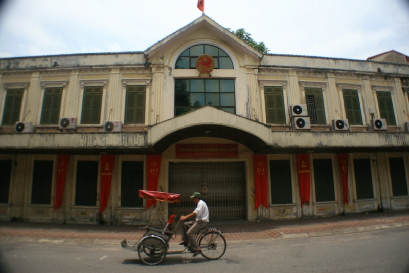 l'ancien monde (monument communiste) et le nouveau monde (cyclo pour touristes)[1]