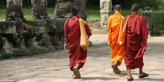 monks_near_angkor_thom